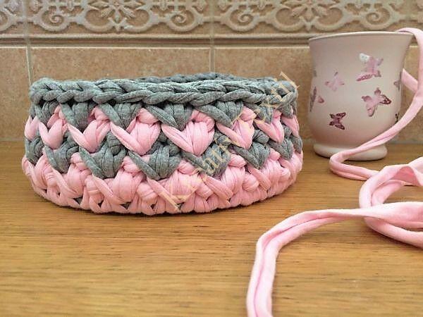 Szürke-rózsaszín horgolt kosár pólófonalból